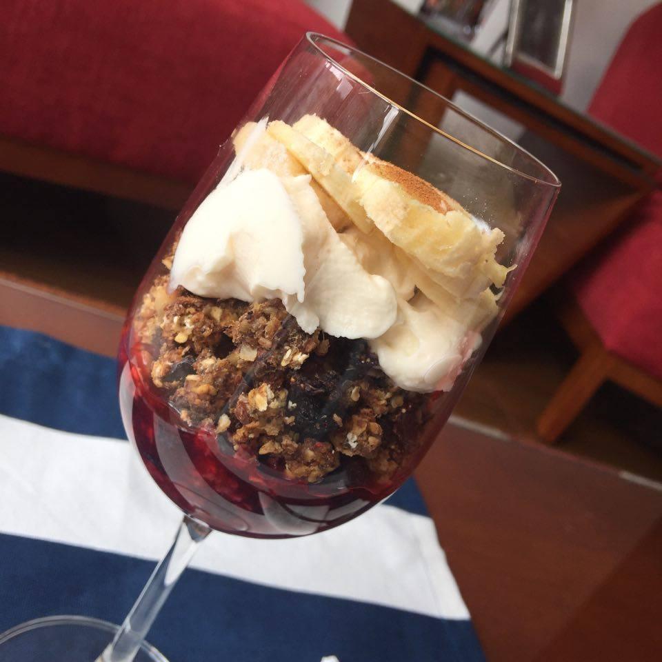 Granola con frutas y yogur griego