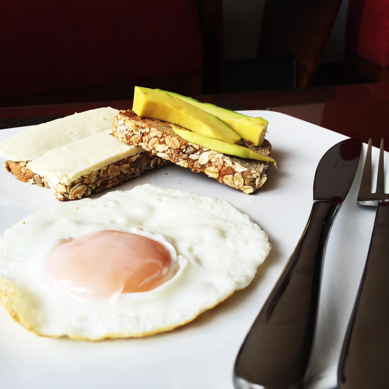 Huevo Frito con Tostadas de Queso Cuajada y Aguacate